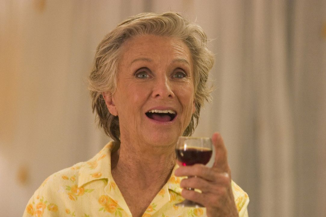 Ein Gläschen in Ehren kann niemand verwehren: Evelyn (Cloris Leachman) ... - Bildquelle: Sony Pictures Television International. All Rights Reserved