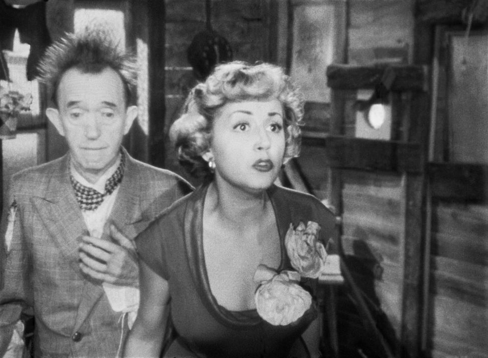 Stan (Stan Laurel, l.) weiß nicht, wie er der schönen Cherie (Suzy Delair, r.) den Wind aus den Segeln nehmen kann ... - Bildquelle: Exploitation Pictures Inc.