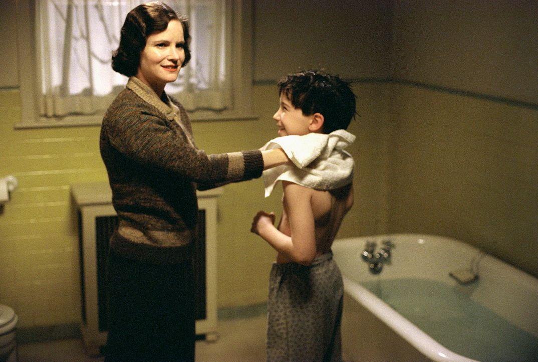 Annie Sullivan (Jennifer Jason Leigh, l.) mit ihrem jüngsten Sohn Peter (Liam Aiken, r.): Kann ihre überbeschützende Art ihre Kinder wirklich vor... - Bildquelle: 2002 Twentieth Century Fox Film Corporation and DreamWorks L.L.C. All rights reserved.