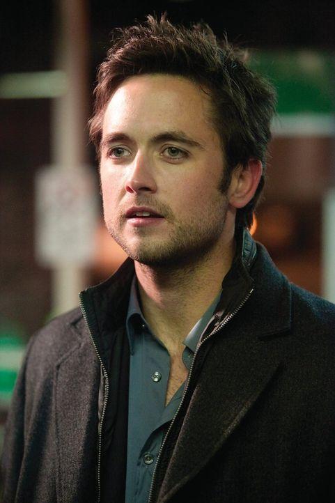 Woher hat der mysteriöse Steve (Justin Chatwin) nur das Geld, um Fiona eine neue Waschmaschine zu kaufen? - Bildquelle: 2010 Warner Brothers