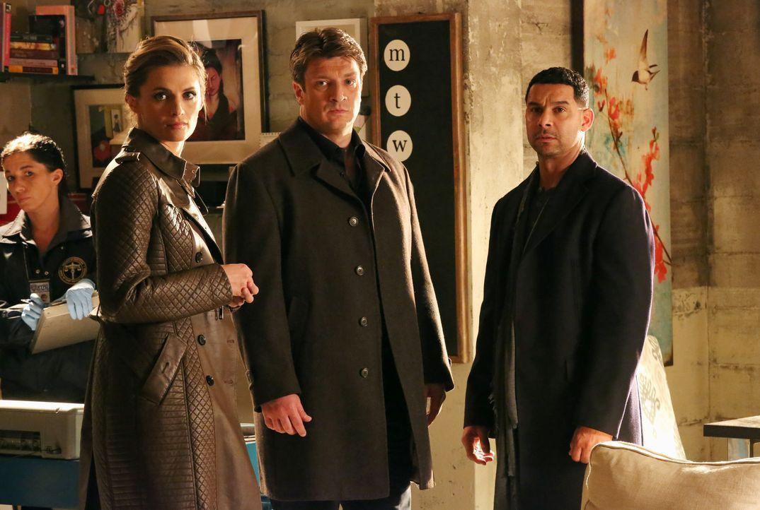 Als eine junge Frau sich angeblich zu Tode geängstigt hat, erforschen Richard Castle (Nathan Fillion, M.), Kate Beckett (Stana Katic, l.) und Javier... - Bildquelle: ABC Studios