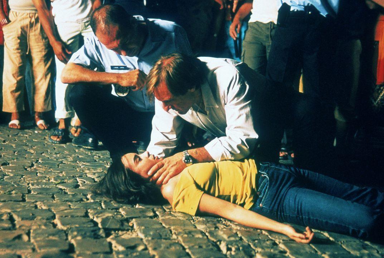 Joachim (Gérard Depardieu, r.) kümmert sich um Sarah (Elodie Bouchez, liegend), die offensichtlich einen Kreislaufzusammenbruch hatte ... - Bildquelle: CPT Holdings, Inc.  All Rights Reserved.
