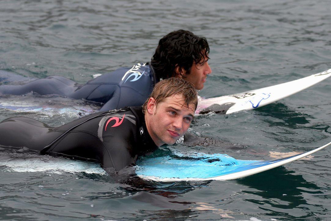 Müssen einen bösen Zauber stoppen, der ihnen nach dem Leben trachtet: die leidenschaftlichen Surfer und Freunde Jason (Mike Vogel, vorne) und Tomàs... - Bildquelle: Manufacturas Audiovisuales, S.L. and Urconsa 2003, S.L.