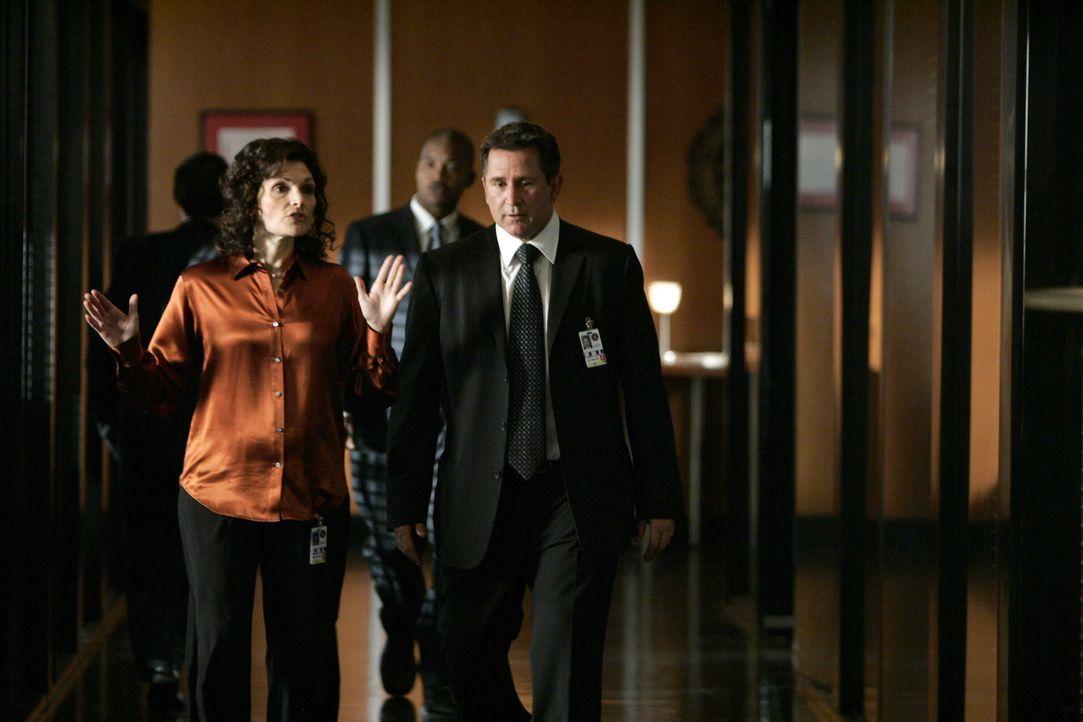 Jack Malone (Anthony LaPaglia, r.) und Anne Cassidy (Mary Elizabeth Mastrantonio, l.) überlegen, wie sie im aktuellen Fall vorgehen sollen ... - Bildquelle: Warner Bros. Entertainment Inc.