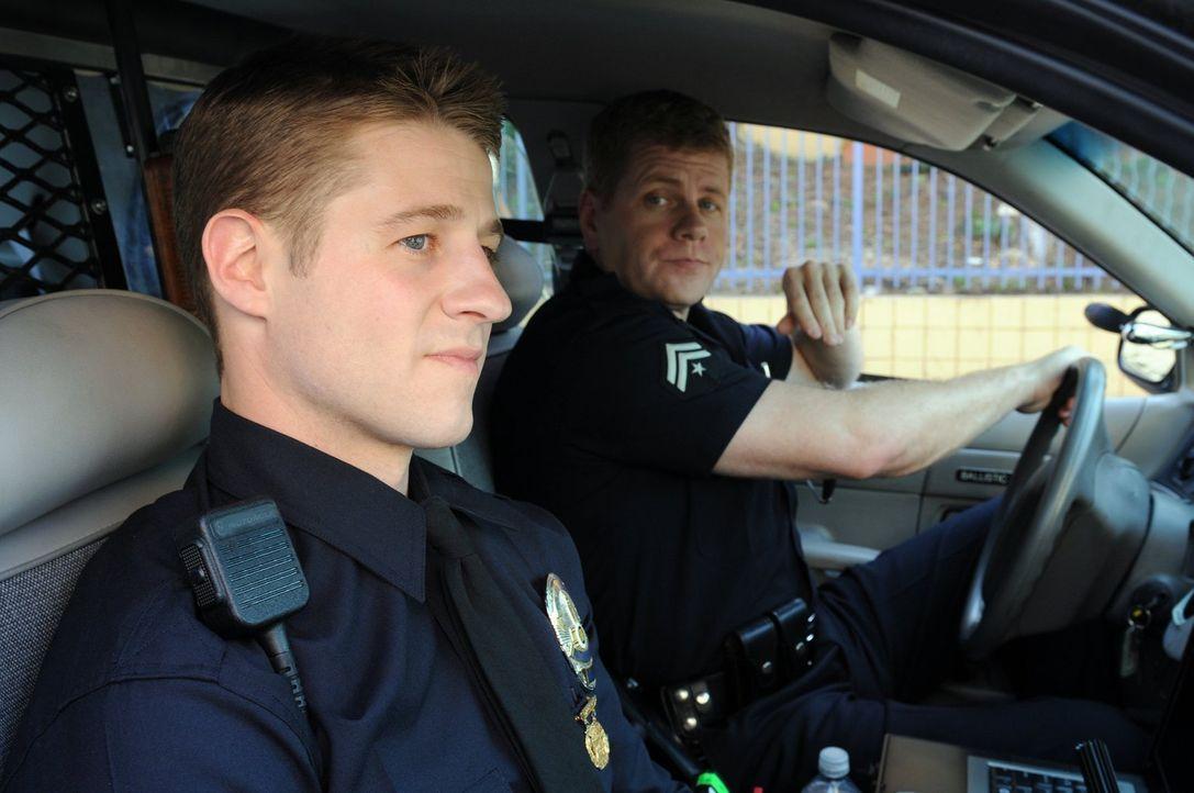 Officer Ben Sherman (Benjamin McKenzie, l.) hat gerade die Polizei-Akademie verlassen und tritt seinen Dienst bei der Los Angeles-Polizei an. Sein V... - Bildquelle: Warner Brothers