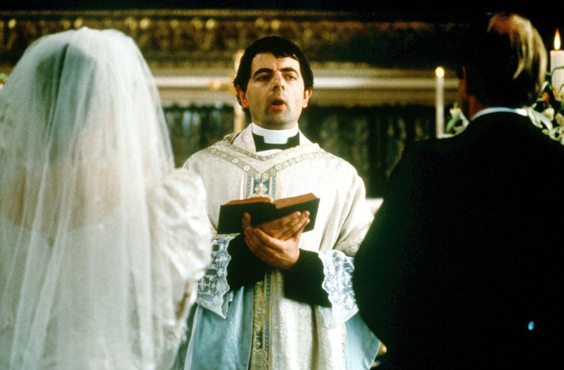 Die zweite Hochzeit: Viele Versprecher des unerfahrenen und nervösen Father Gerald (Rowan Atkinson, M.) sorgen ungewollt für eine heitere Note ... - Bildquelle: Gramercy Pictures