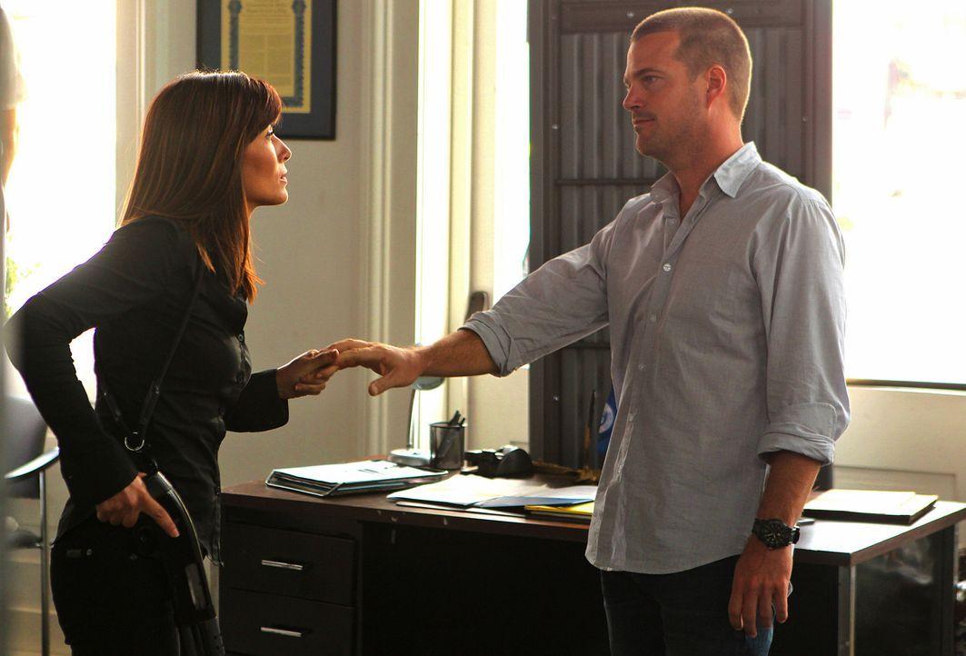 Tracy Keller (Marisol Nichols, l.) nimmt in einem Navy-Rekrutierungsbüro Geiseln, um so Kontakt zu Callen (Chris O'Donnell, r.) aufzunehmen. Callens... - Bildquelle: CBS Studios Inc. All Rights Reserved.