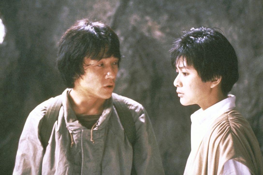 Weil ihm mal wieder das Geld ausgeht, will Jackie (Jackie Chan, l.) einen kostbaren mittelalterlichen Armschutz versteigern. Auf der Auktion zeigt e... - Bildquelle: Golden Harvest Company