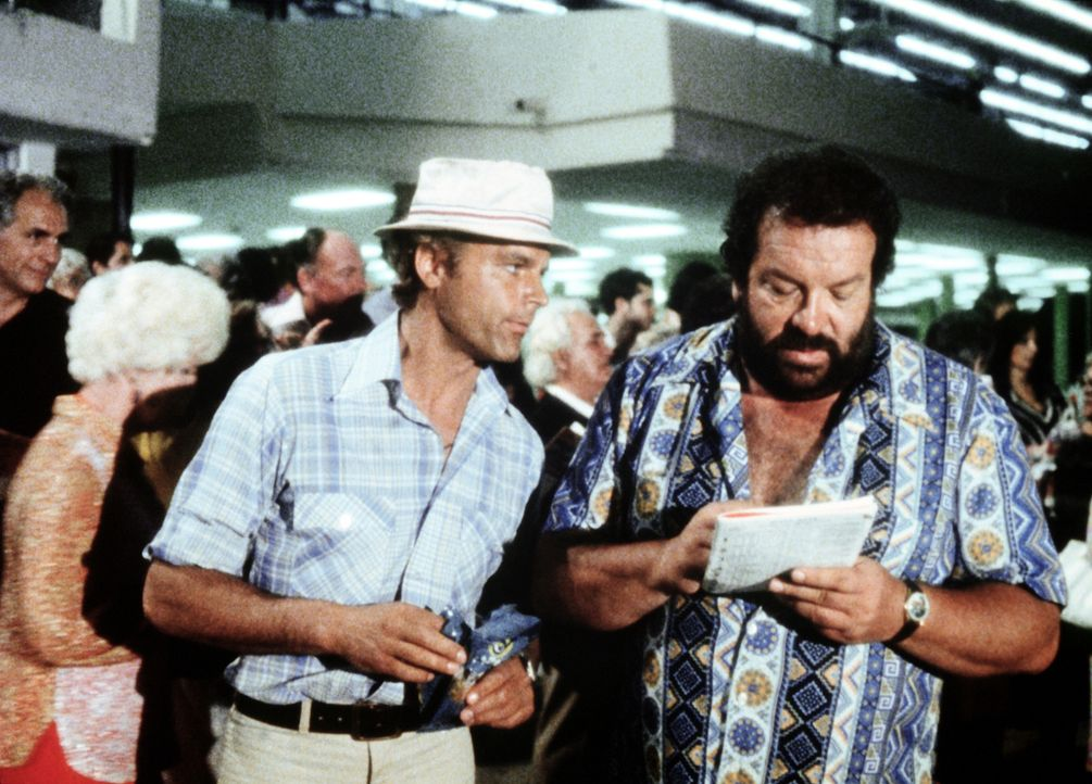 Charlie (Bud Spencer, r.) und Johnny Firpo (Terence Hill, l.) irren in Süd-Florida herum, wo sie die Mafia mit ihren eigenen Waffen schlagen sollen... - Bildquelle: Columbia Pictures