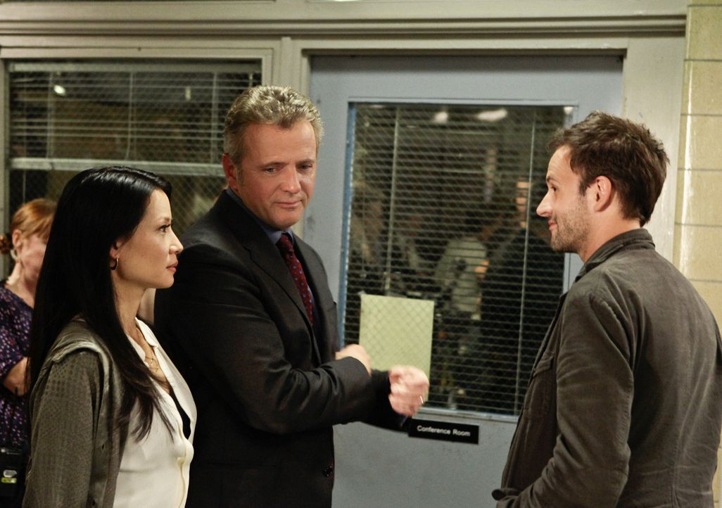 Hat einen neuen Fall für Sherlock Holmes (Jonny Lee Miller, r.) und Dr. Watson (Lucy Liu, l.): Captain Gregson (Aidan Quinn, M.) ... - Bildquelle: CBS Television