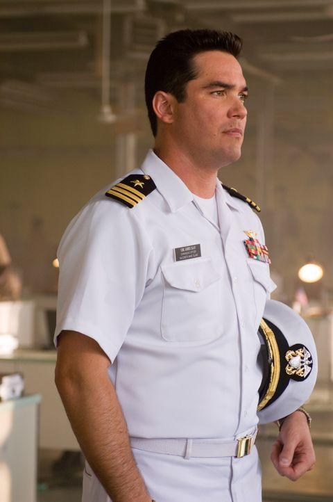 Als eine Rakete der Navy ein Passagierflugzeug schwer beschädigt, die Piloten und mehrere Passagiere tötet, setzt Commander James Slan (Dean Cain)... - Bildquelle: Columbia Broadcasting System