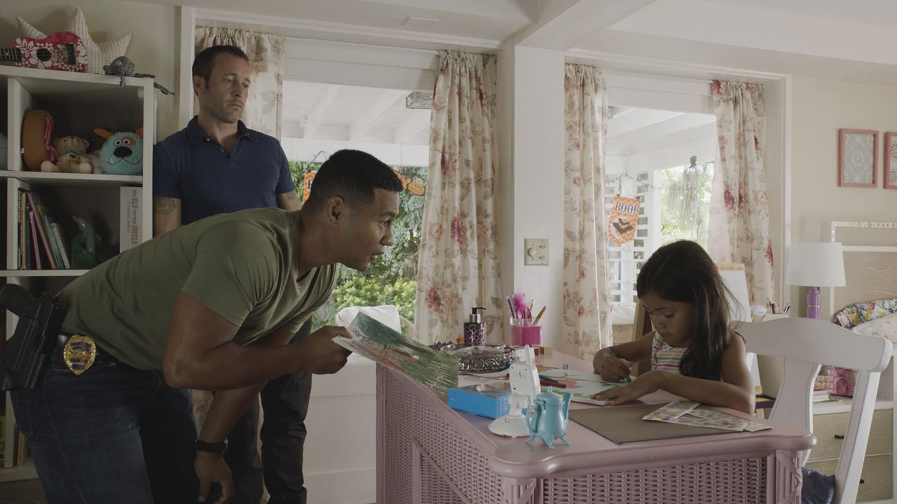 Steve McGarrett (Alex O'Loughlin, l.); Junior Reigns (Beulah Koale, r.) - Bildquelle: 2018 CBS Broadcasting Inc. All Rights Reserved.