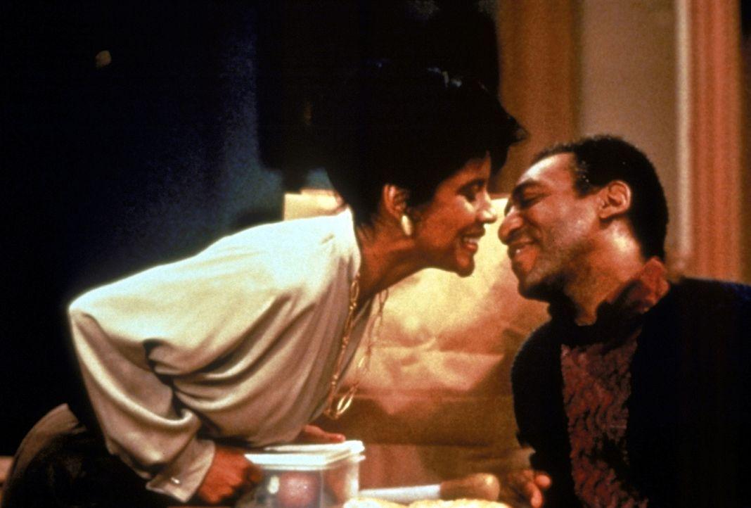 Das Schöne am Streit ist die Versöhnung: Cliff (Bill Cosby, r.) und Clair (Phylicia Rashad, l.) begraben das Kriegsbeil ... - Bildquelle: Viacom