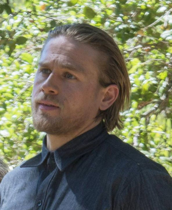 Weil der Leichenberg immer größer wird, muss sich Jax (Charlie Hunnam) langsam eine alternative Methode zur Beseitigung seiner Gegner suchen ... - Bildquelle: Prashant Gupta 2013 Twentieth Century Fox Film Corporation and Bluebush Productions, LLC. All rights reserved.