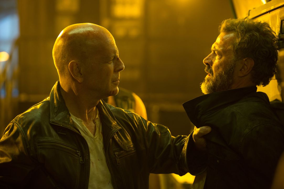 Im Gegensatz zu seinem Sohn sieht John (Bruce Willis, l.) in dem Russen Komarov (Sebastian Koch, r.) nicht unbedingt einen Heilsbringer. Dennoch kom... - Bildquelle: 2013 Twentieth Century Fox Film Corporation. All rights reserved.