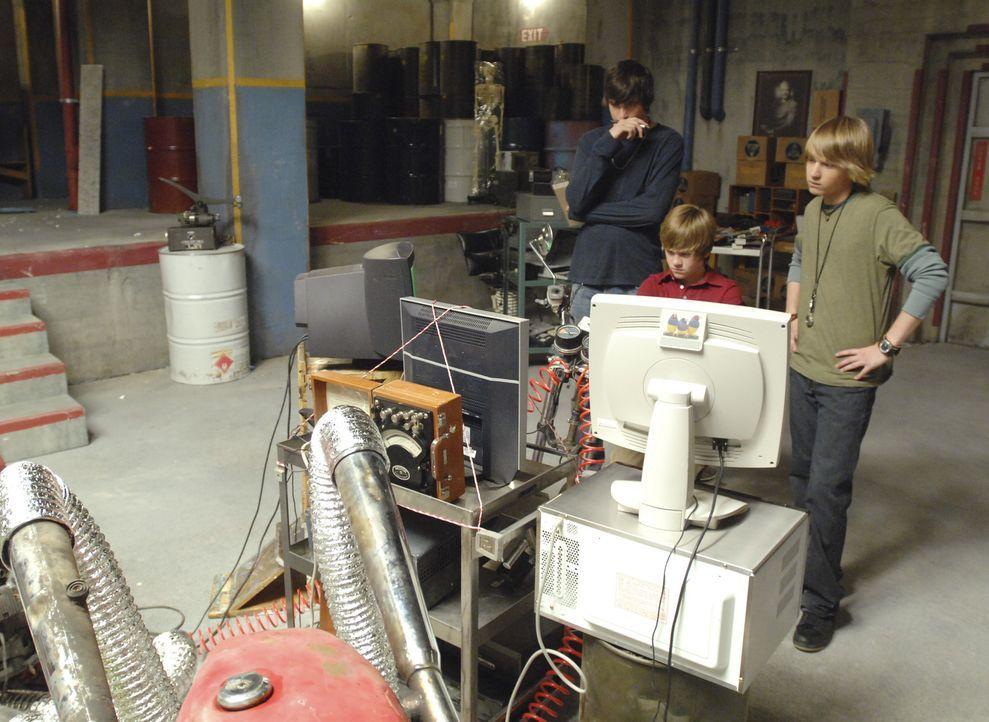 Der kleine Charlie (Luke Benward, M.), Virgil (Jason Dolley, r.) und Zeke (Nicholas Braun, l.) starten zu ihrem ersten Ausflug in die Vergangenheit... - Bildquelle: 2007 Disney Channel