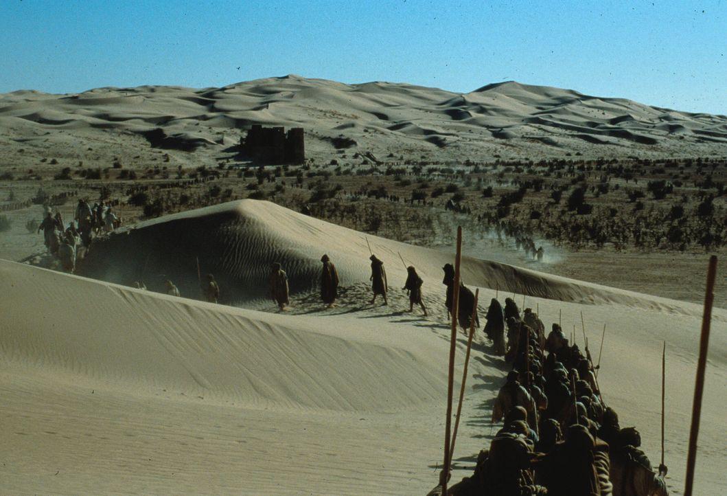 Jenseits des Stargates ist eine Landschaft, die an das alte Ägypten erinnert: Pyramiden mitten in einer Wüste. Die Menschen leben wie die alten Ä...