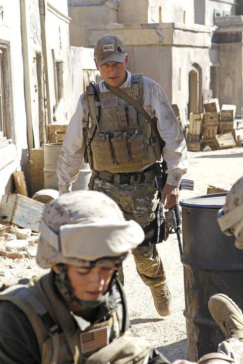 Während Tonys tief sitzende Ängste wieder auftauchen, reisen Gibbs (Mark Harmon, hinten) und Ziva (Cote de Pablo, vorne) nach Afghanistan, um eine v... - Bildquelle: CBS Television