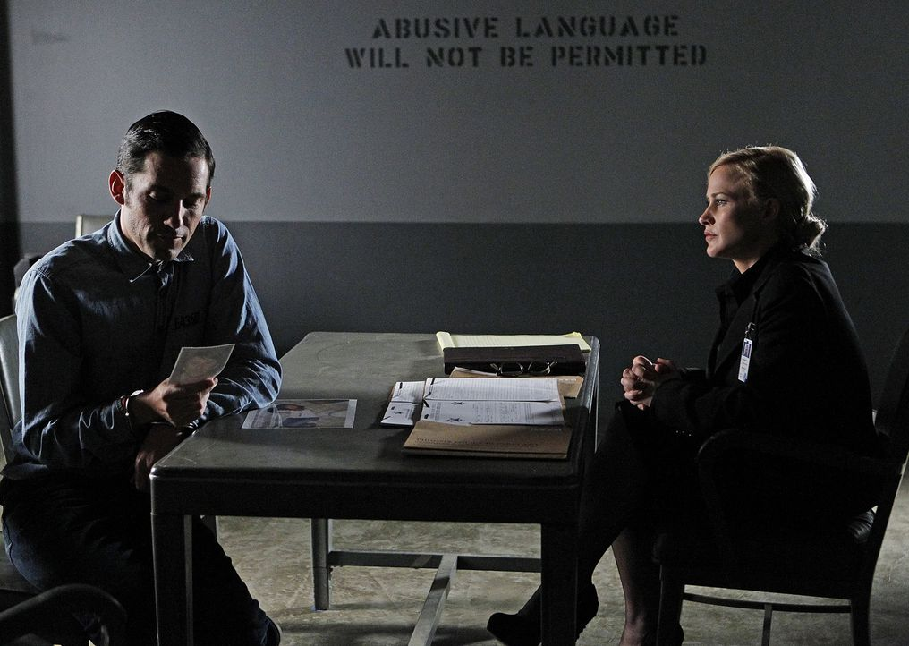 Die neusten Träume beschäftigen Allison (Patricia Arquette, r.) und ihre ganze Familie. Hat Luis Amenabar (Enrique Murciano, l.) etwas damit zu tun? - Bildquelle: Sonja Flemming 2010 CBS BROADCASTING INC. All Rights Reserved.
