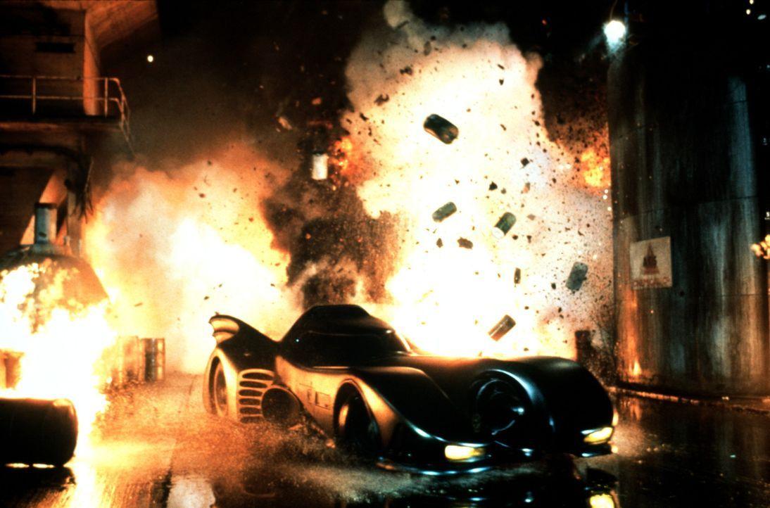 Das Batmobil ist Batmans Fortbewegungsmittel in seinem Kampf gegen das Verbrechen in Gotham City. Und das mysteriöse Auto hat eine trickreiche Sond... - Bildquelle: Warner Bros.
