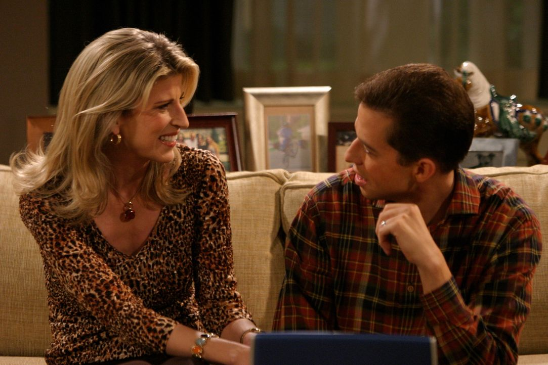 Alan (Jon Cryer, r.) merkt nicht, dass Gloria (Christine Dunford, l.) ein Auge auf ihn geworfen hat ... - Bildquelle: Warner Brothers Entertainment Inc.