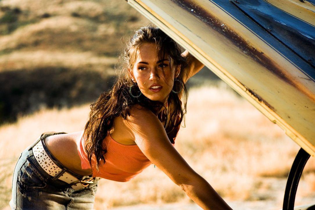 Mithilfe seines neuen Autos, das zeitweilig ein Eigenleben zu führen scheint, gelingt es Sam, seine Mitschülerin Mikaela (Megan Fox) zu beeindrucken... - Bildquelle: 2008 DREAMWORKS LLC AND PARAMOUNT PICTURES CORPORATION. ALL RIGHTS RESERVED.