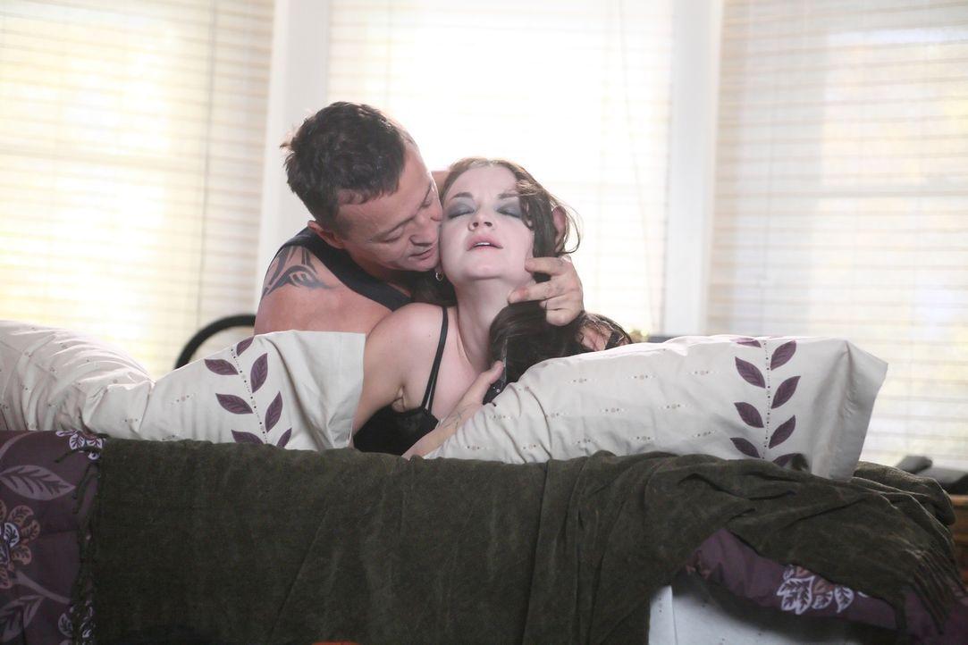 Um sich zu rächen, nimmt Billy Joe Hill (Mark Collie, l.) die Zufallsbekanntschaft von Jacob, dieBibliothekarin Judith (Aliyah O'Brien, r.), in sein... - Bildquelle: Nu Image