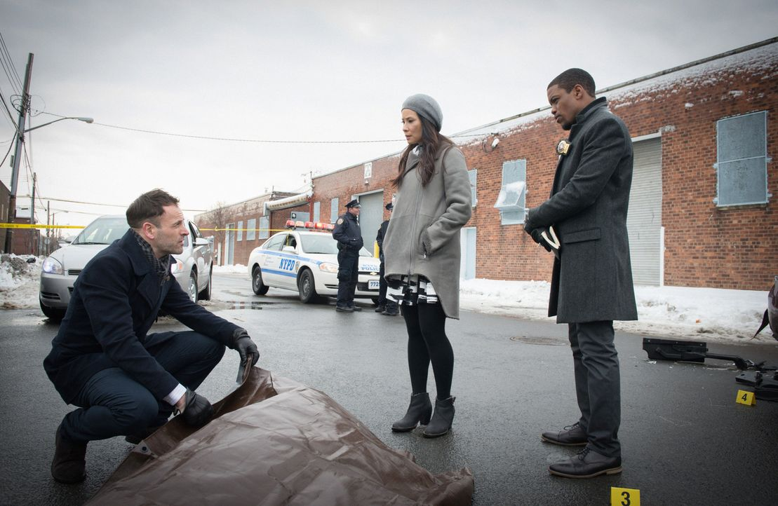 Ihr neuer Fall wirft zahlreiche Fragen auf: (v.l.n.r) Holmes (Jonny Lee Miller), Watson (Lucy Liu) und Bell (Jon Michael Hill) ... - Bildquelle: CBS Television