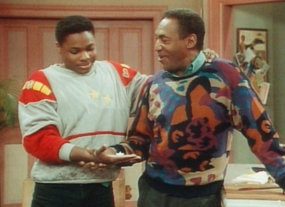 Theo (Malcolm-Jamal Warner, l.) ist verwundert, weil Cliff (Bill Cosby, r.) den Trick mit dem Brummer in der Hand schon kannte. - Bildquelle: Viacom