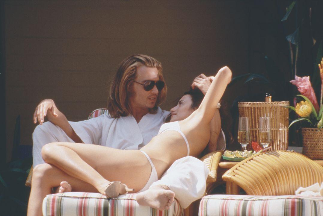Kokain! Beinahe jedes Gramm, das in den USA geschnupft wird, geht durch George Jungs (Johnny Depp, l.) Hände. Da trifft er in Kolumbien auf seine gr... - Bildquelle: New Line Cinema