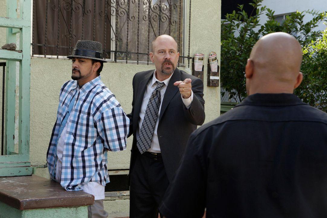 Bosco (Terry Kinney, r.) arbeitet gemeinsam mit Patrick an einem neuen Fall und stößt dabei auf Raoul (Rey Gallegos, l.) ... - Bildquelle: Warner Bros. Television