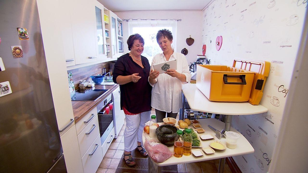 Wie werden sich die beiden Freundinnen Sabine und Christiane bei der Koch-Challenge schlagen? - Bildquelle: kabel eins