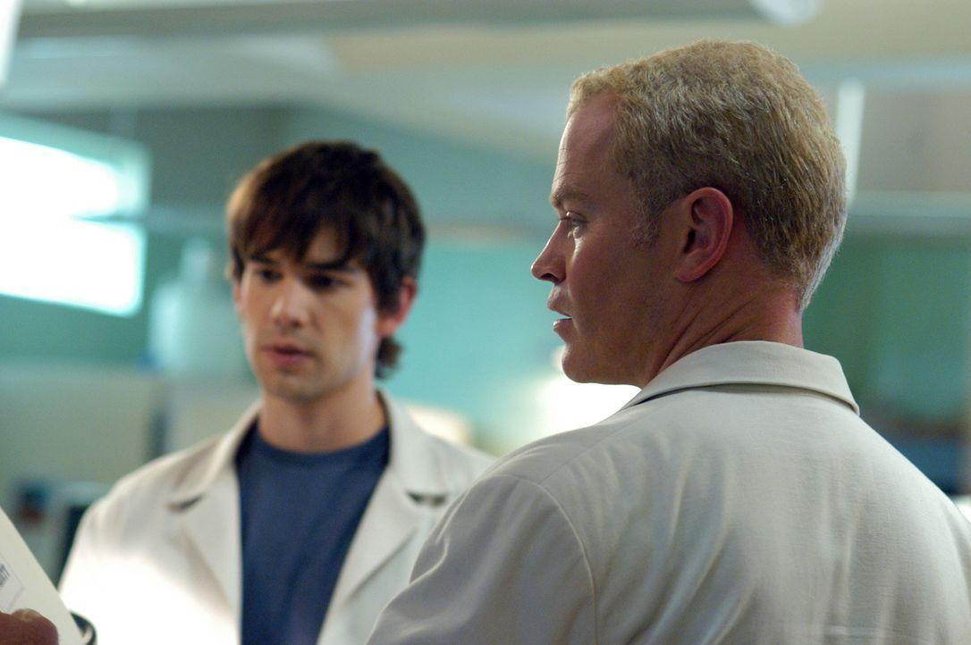 Dr. Miles McCabe (Christopher Gorham, l.) und Dr. Stephen Connor (Neal McDonough, r.) stehen vor einem Rätsel ... - Bildquelle: CBS Television