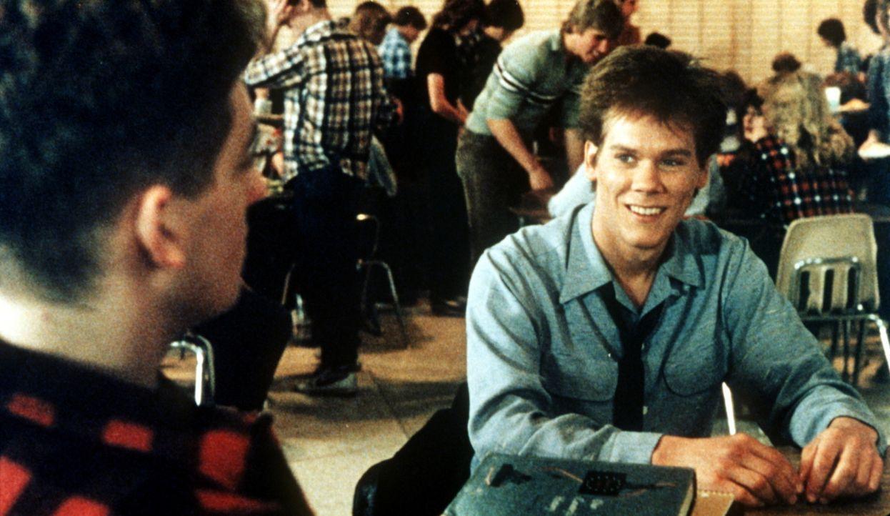 Ren McCormack (Kevin Bacon, r.) ist neu an der Schule. Kann er Willard Hewitt (Chris Penn, l.) vertrauen? - Bildquelle: Paramount Pictures
