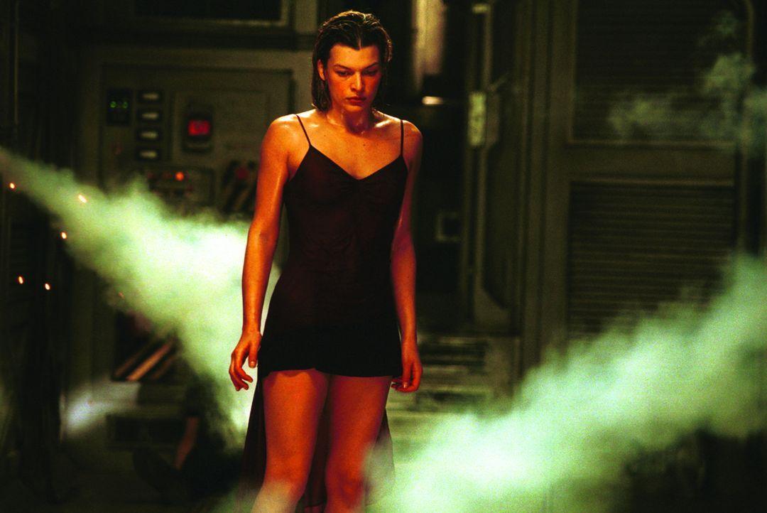 Nach und nach kehrt Alices (Milla Jovovich)Erinnerung zurück. Sie ahnt jetzt, was in dem Unternehmen hergestellt wurde und welche Macht es hat ... - Bildquelle: Constantin Film Verleih GmbH