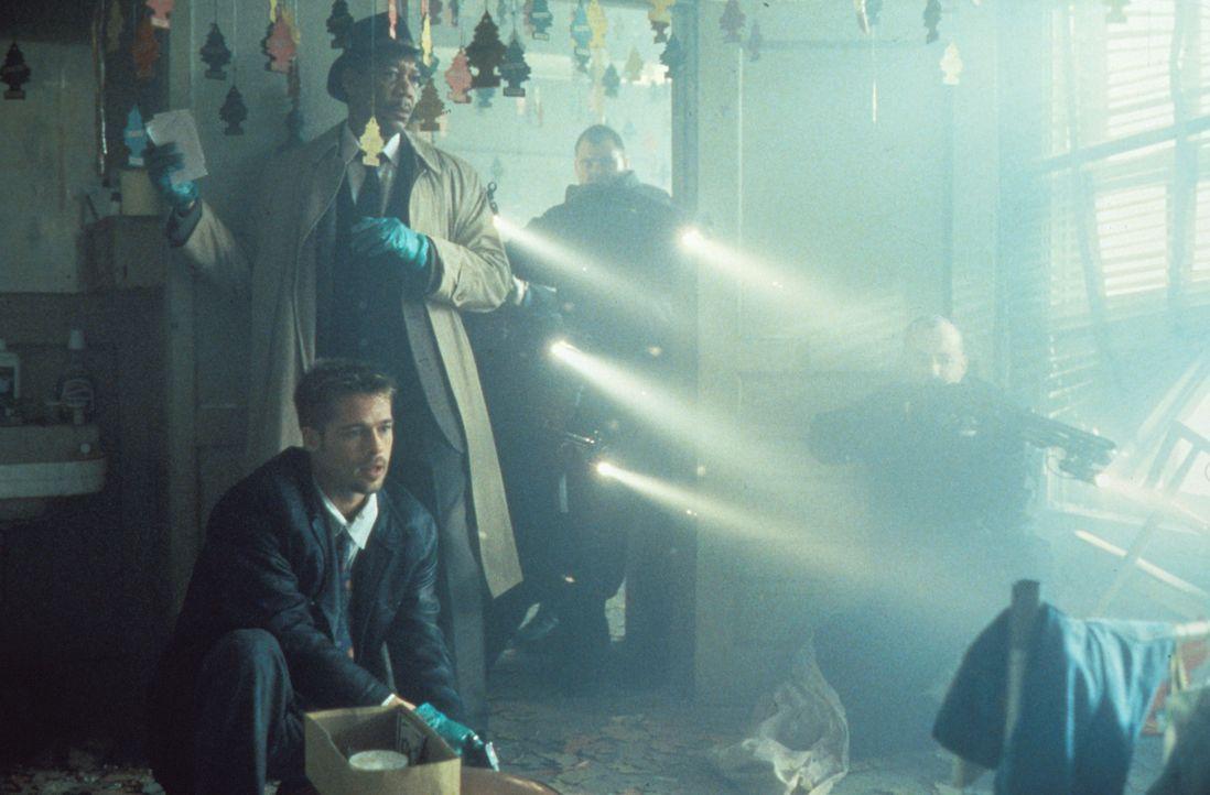 Erst ein neuer Mord zeigt Somerset (Morgan Freeman, hinten) und Mills (Brad Pitt, vorne) des Mörders Motivation: Maßlosigkeit, Habsucht und Trägheit... - Bildquelle: Constantin Film