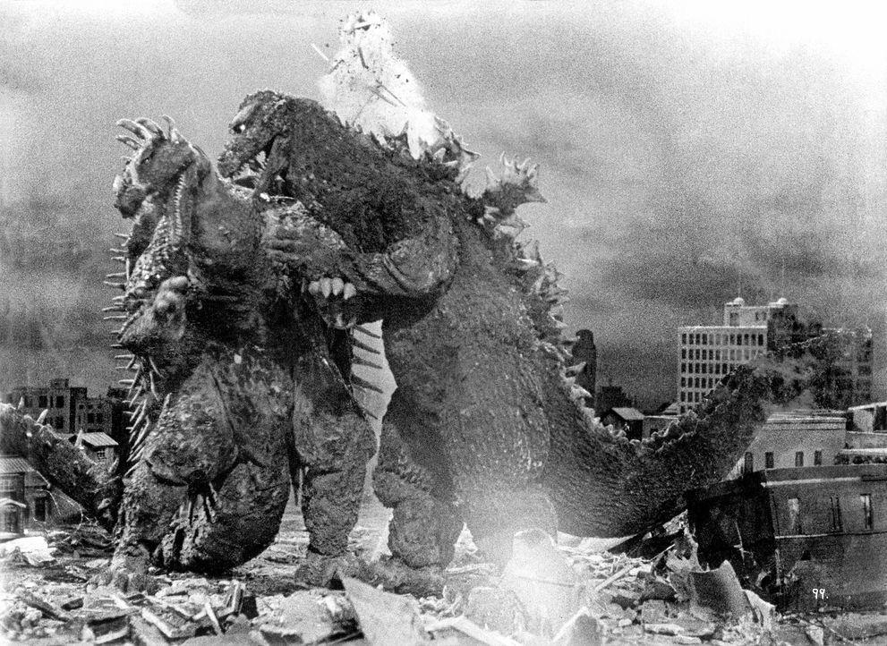 Bei ihrem Kampf gelangen die Monster Godzilla (r.) und Angilus (l.) in die westjapanische Stadt Osaka und sind kurz davor, alles und jeden zu zerstö... - Bildquelle: 1955 Toho Co. Ltd.
