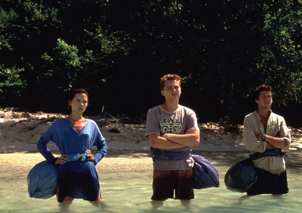 Nur ein paar Meilen trennen Françoise (Virginie Ledoyen, l.), Richard (Leonardo DiCaprio, M.) und Étienne (Guillaume Canet, r.) von der Insel, die... - Bildquelle: 2011 Twentieth Century Fox Film Corporation. All rights reserved.