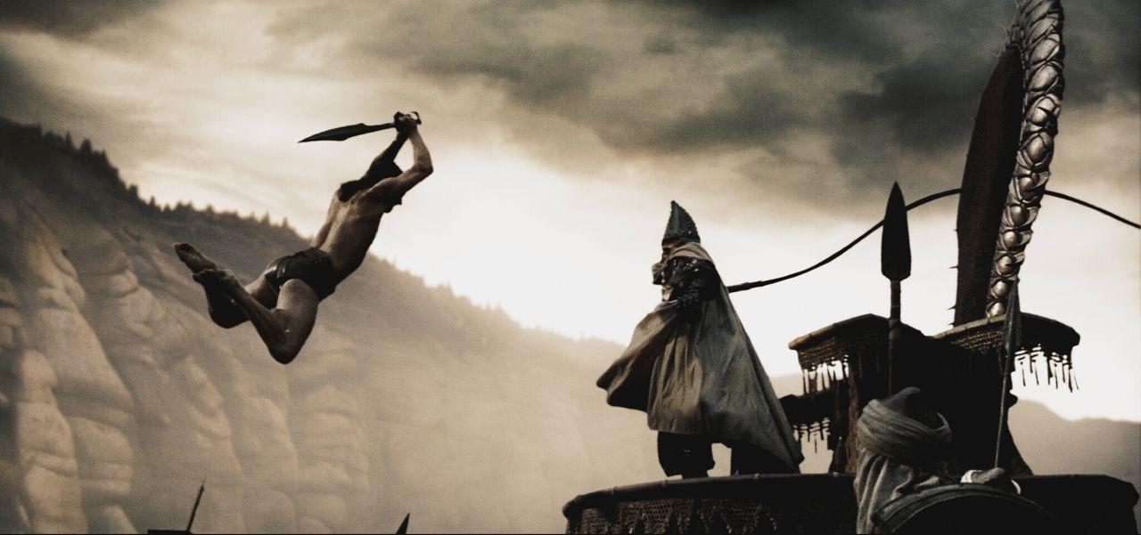 König Leonidas (Gerard Butler, l.) bleibt mit seinen letzten Kämpfern in Sparta zurück, um sich dem finalen Gefecht zu stellen. Ein letztes Mal schl... - Bildquelle: TM & © Warner Bros. Entertainment Inc.