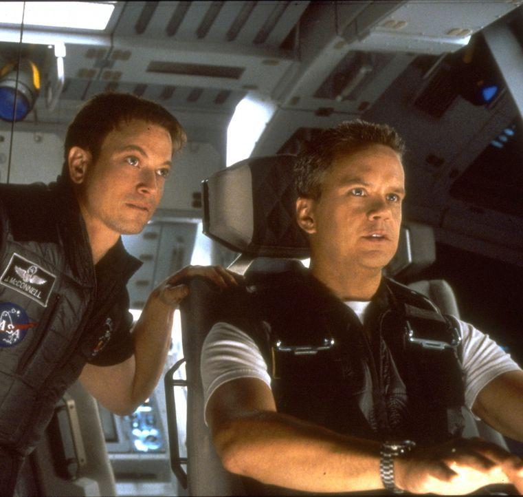 Für die hastig zusammengestellte Rettungscrew unter Commander Woody Blake (Tim Robbins, r.) und Kopilot Jim McConnell (Gary Sinise, l.) beginnt ein... - Bildquelle: Touchstone Pictures
