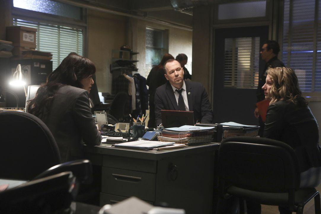 (v.l.n.r.) Maria Baez (Marisa Ramirez); Danny Reagan (Donnie Wahlberg); Faith Madson (Jessie Mueller) - Bildquelle: Craig Blankenhorn 2017 CBS Broadcasting Inc. All Rights Reserved.