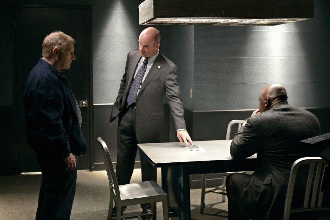 John (John Finn, M.) und Will (Thom Barry, r.) ermitteln in einem Fall und stoßen dabei auf Daniel (Gordon Clapp, l.) ... - Bildquelle: Warner Bros. Television