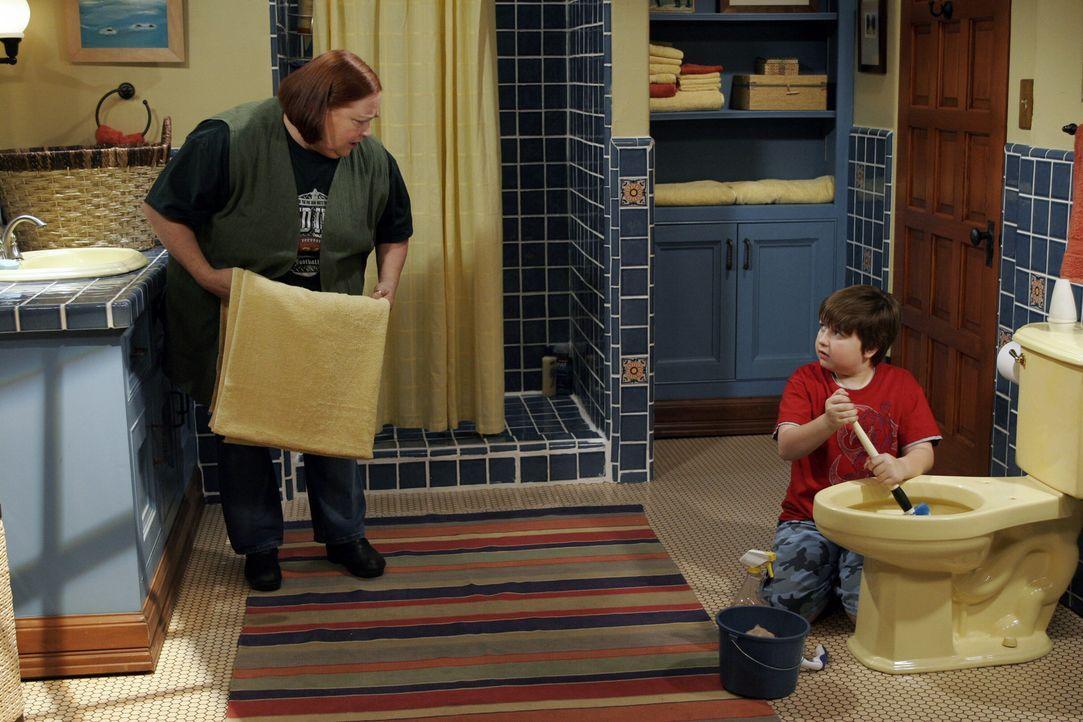 Jake (Angus T. Jones, r.) wird von Berta (Conchata Ferrell, l.) in Sachen Sauberkeit unterrichtet ... - Bildquelle: Warner Brothers Entertainment Inc.