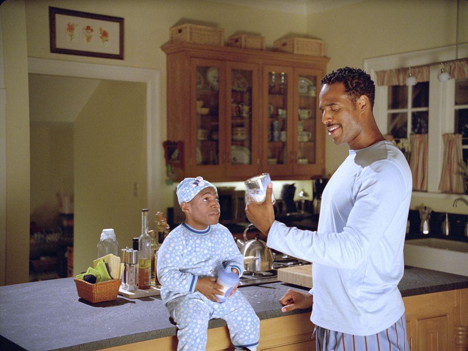 Eines Tages findet Darryl (Shawn Wayans, r.) ein Findelkind (Marlon Wayans, l.) vor seiner Haustür. Sofort geht er in seiner Rolle als Vater auf - s... - Bildquelle: Sony Pictures Television International. All Rights Reserved.