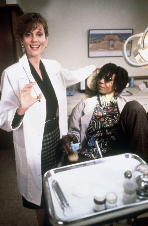 Der Auftrag der bekannten Zahnärztin Dr. Cynthia Sheldrake (Lesley Ann Warren, l.) kommt der Diebin Bernice (Whoopi Goldberg, r.) sehr gelegen ... - Bildquelle: Warner Bros.