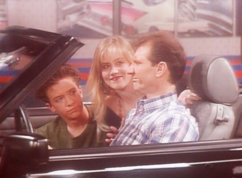 (v.l.n.r.) Bud (David Faustino), Kelly (Christina Applegate) und Al (Ed O'Neill) finden, dass der Ford Mustang genau das richtige Auto für sie wäre. - Bildquelle: Columbia Pictures