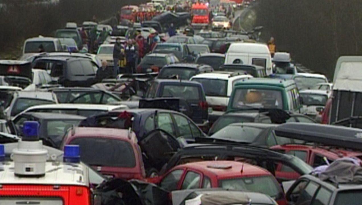 Die größten Tragödien: Massenkarambolage ... - Bildquelle: kabel eins