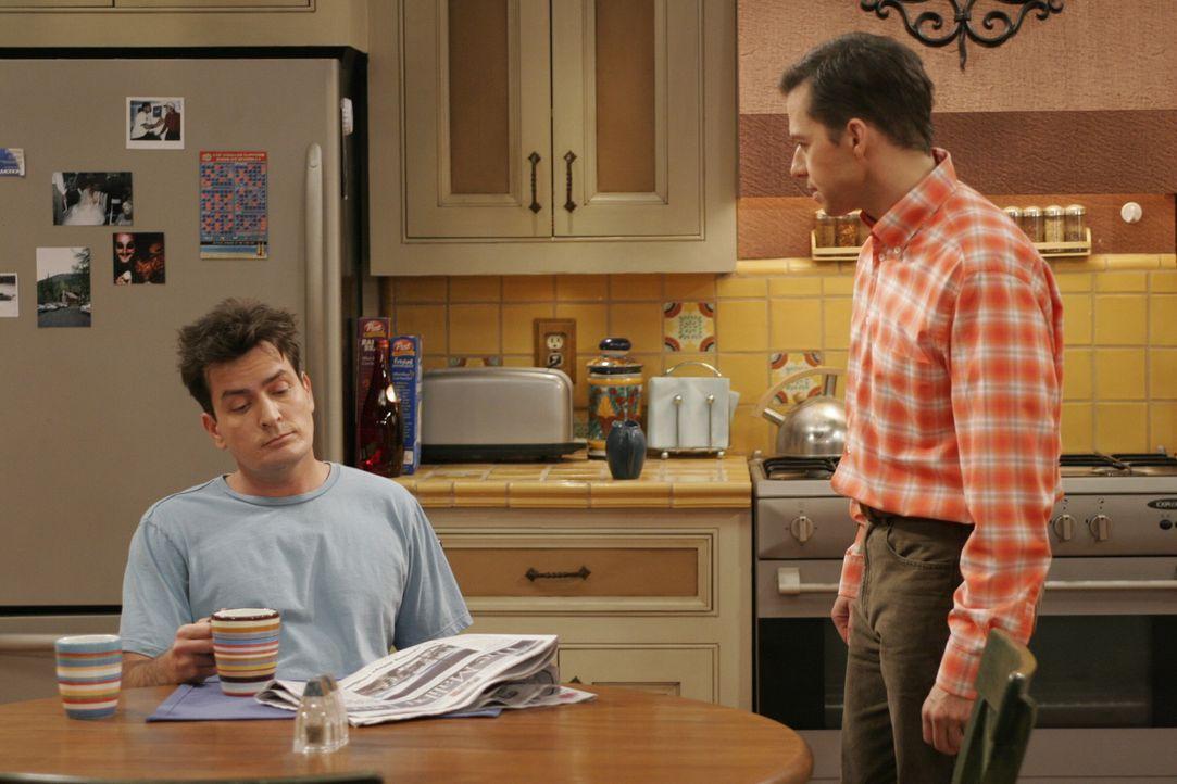 Berta, die es auf Alans Zimmer abgesehen hat, spielt die beiden Brüder (Charlie Sheen, l. und Jon Cryer, r.) gegeneinander aus, so dass der Streit... - Bildquelle: Warner Brothers Entertainment Inc.