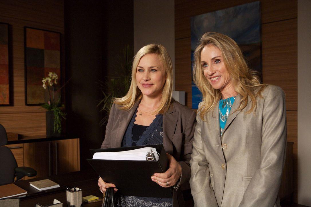 Caitlyn Lynch (Tracy Pollan, r.) und Allison (Patricia Arquette, l.) verstehen sich auf Anhieb gut und Allisons Bedenken bezüglich des neuen Arbeits... - Bildquelle: Paramount Network Television