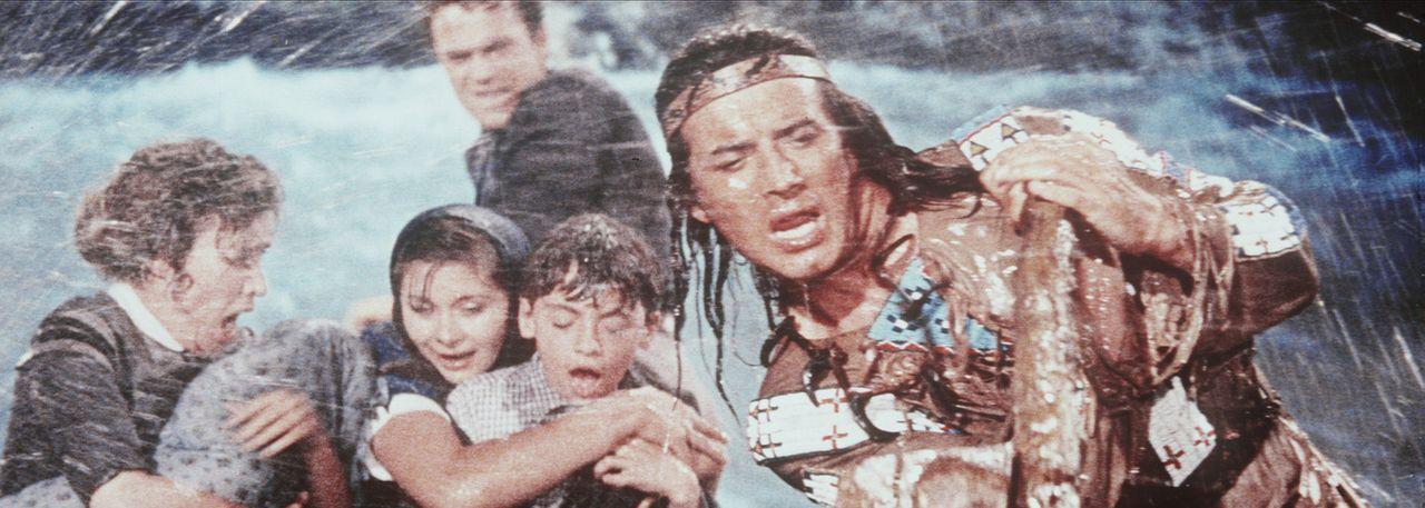 Mit aller Mühe versuchen Winnetou (Pierre Brice, r.) und Richard Forsyth (Terence Hill, hinten), das Floß der Siedler durch die Stromschnellen zu... - Bildquelle: Columbia Pictures